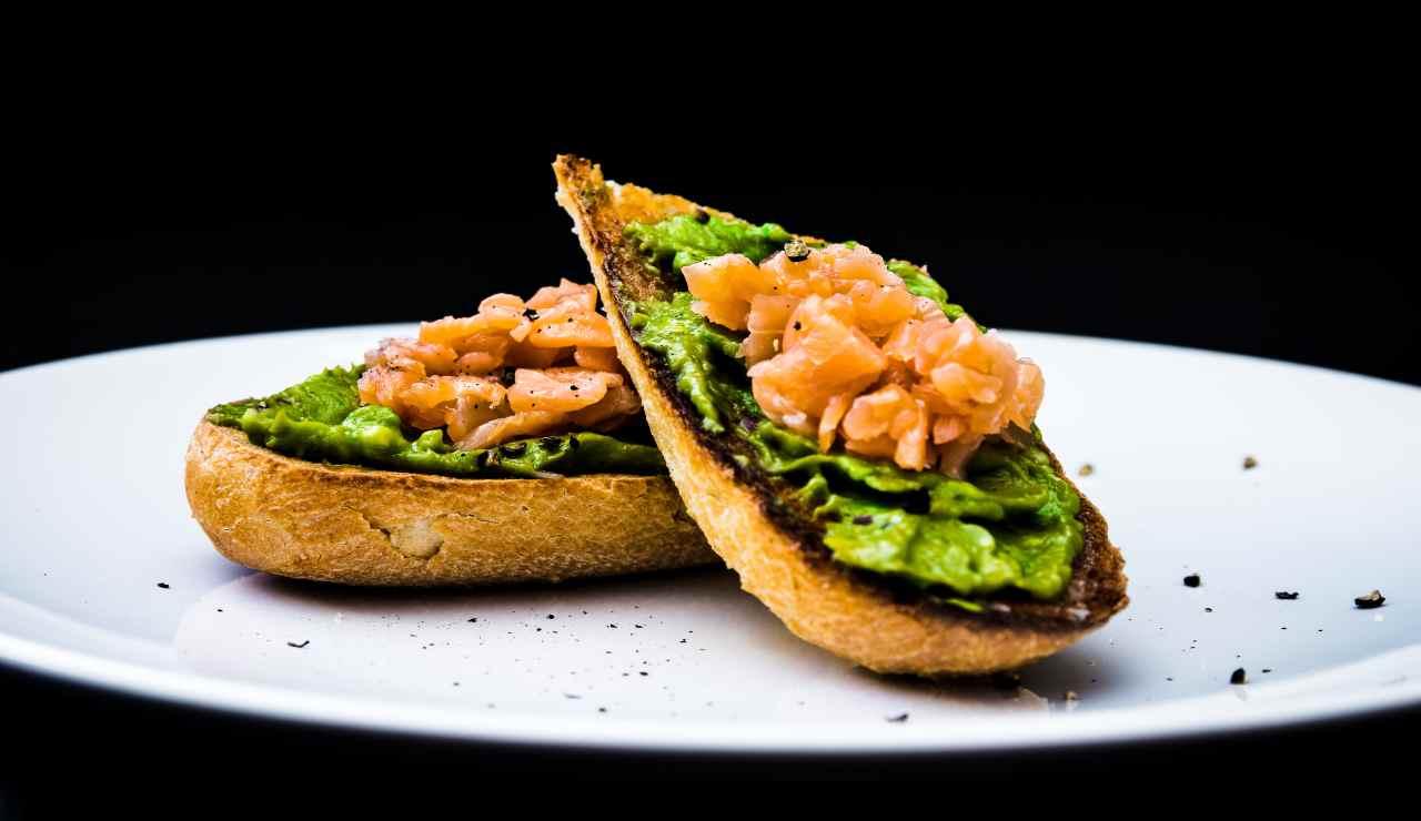 Bruschette di salmone alle erbe con avocado e peperoncino