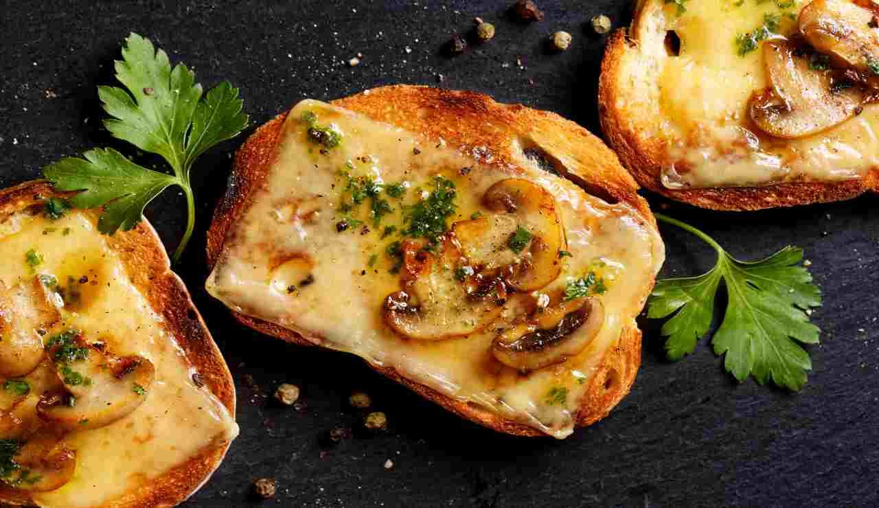 Bruschette al forno con funghi al peperoncino ed emmenthal