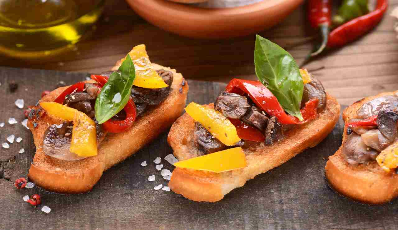 Bruschette peperoni e funghi misti  AdobeStock