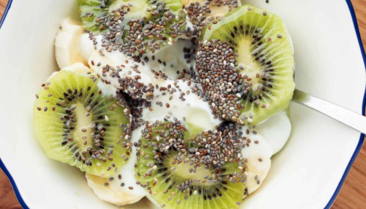 Colazione nutriente con kiwi semi di chia