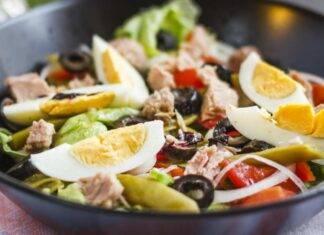 Finger food con uova, fagiolini, pomodori e tonno