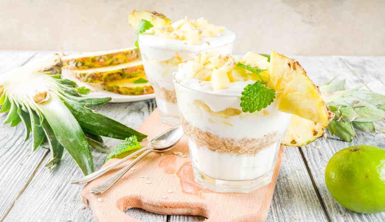 Coppetta con yogurt ananas e cereali