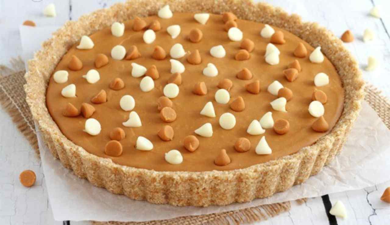 Crostata fredda con crema al caramello e cioccolato bianco