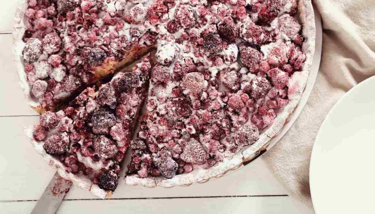 Dolce con base di pasta frolla, marmellata e frutta estiva