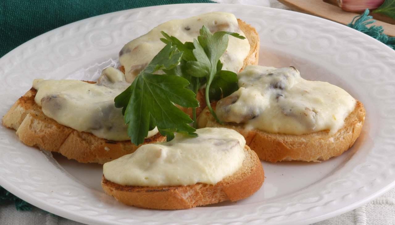 Pane tostato con formaggio, verdure e affettato