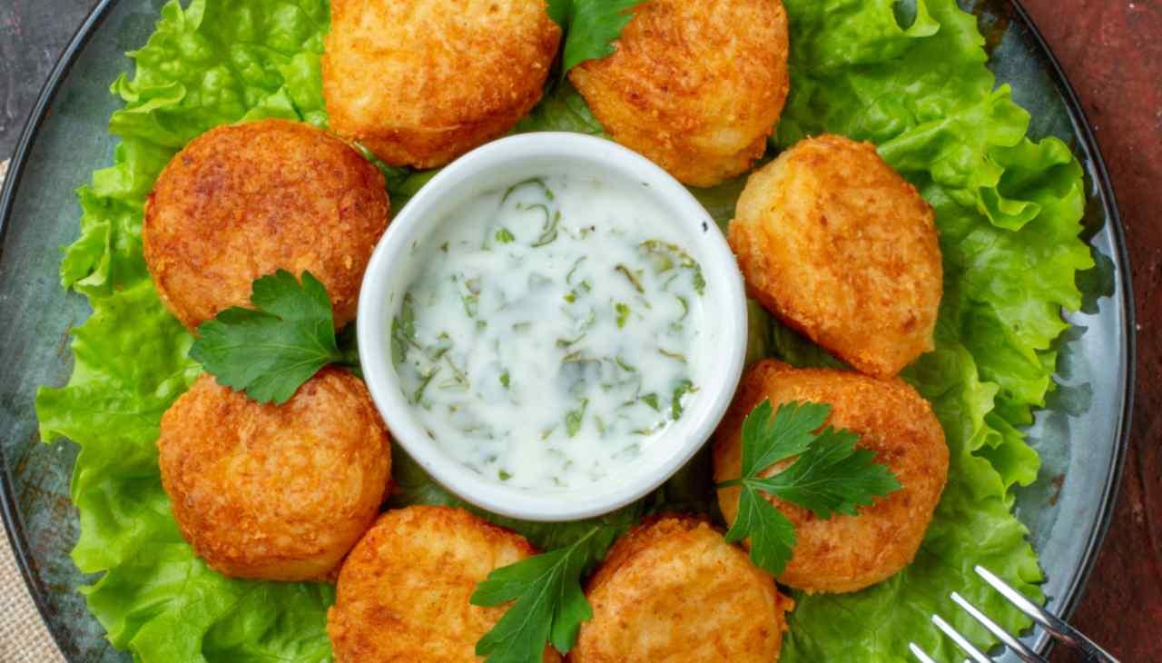 Finger food di formaggio e verdura con pangrattato