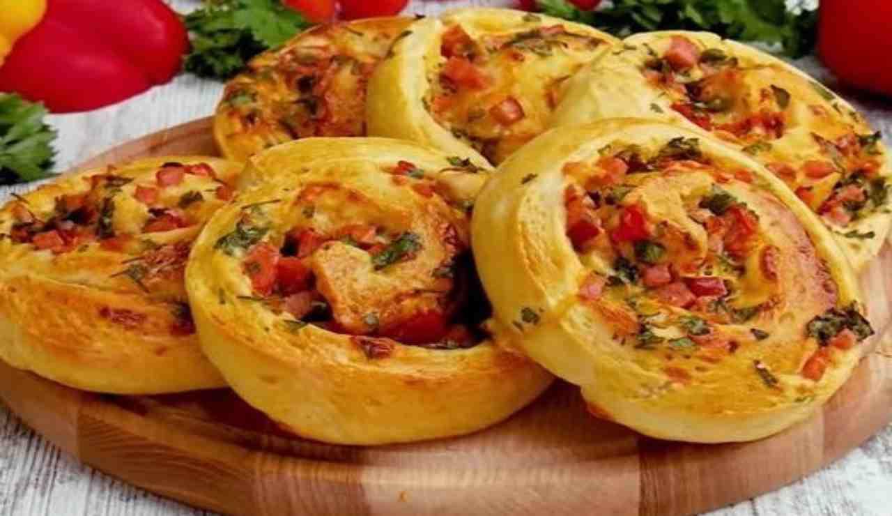 Girelle di pasta pizza con prosciutto pomodoro olive e cheddar