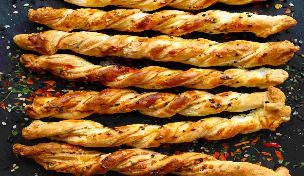Grissini sfogliati di formaggio pepe verde e pancetta