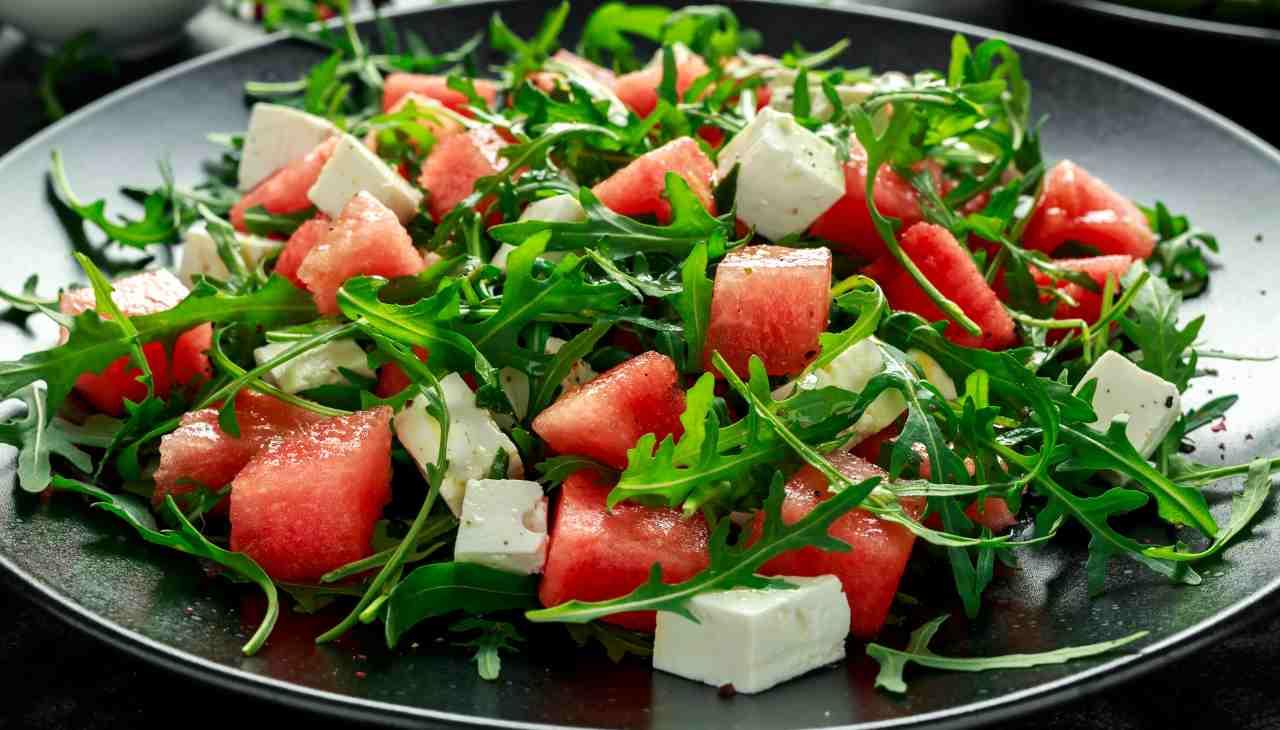 Finger food di verdura, frutta estiva e formaggio vegan
