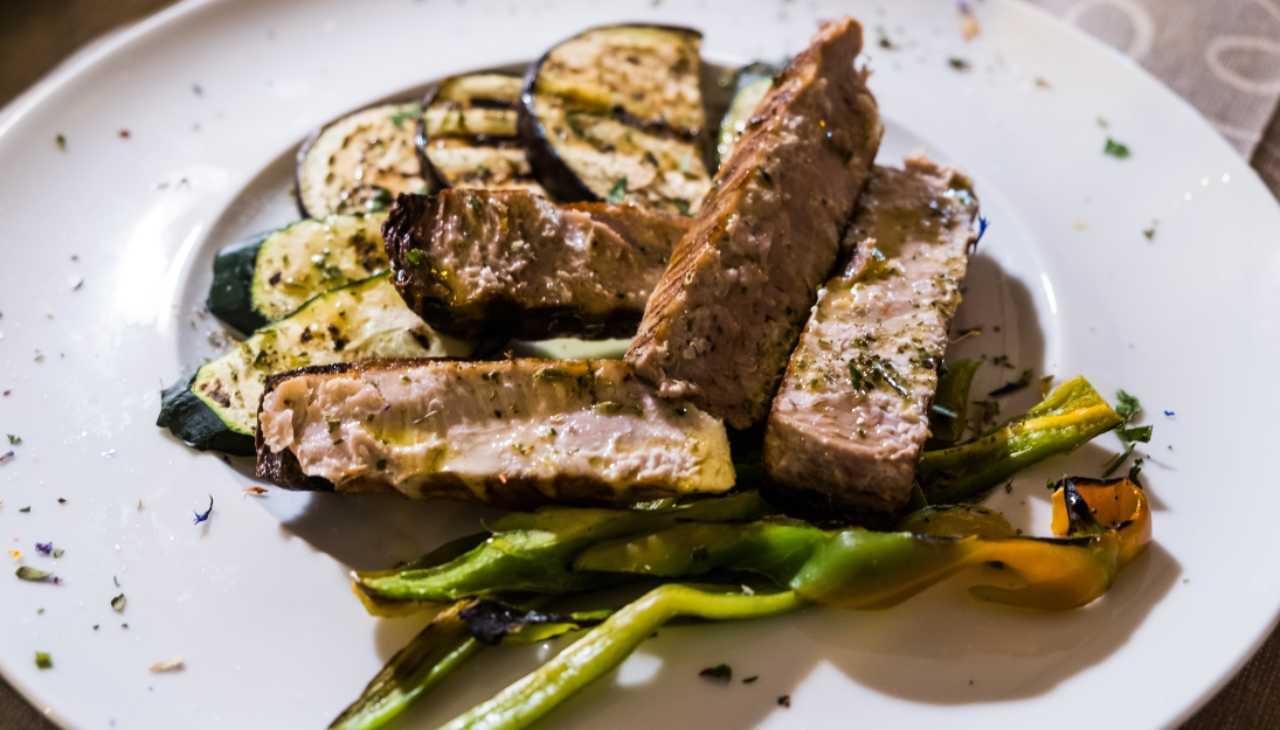 Finger food di verdure grigliate e pesce con aromi