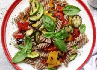 Finger food di pasta con peperoni, zucchine e pomodori