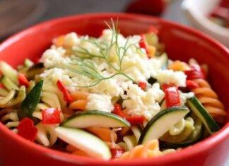 Piatto unico con verdure e formaggio
