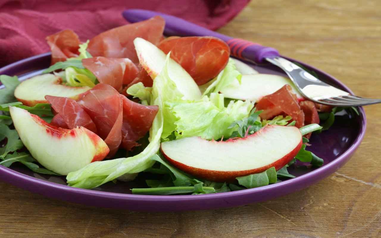 insalata pesche rucola bresaola ricetta FOTO ricettasprint