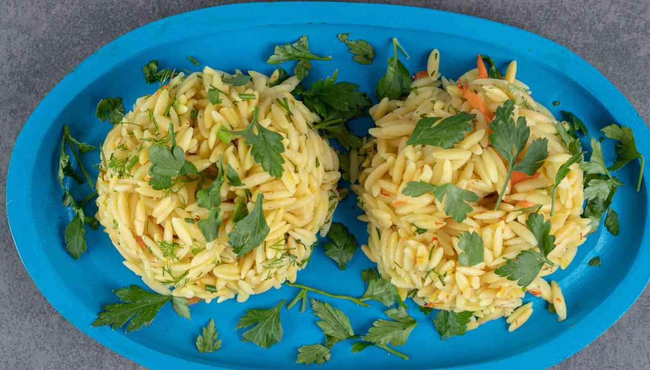 Insalata di riso con pesce e aromi