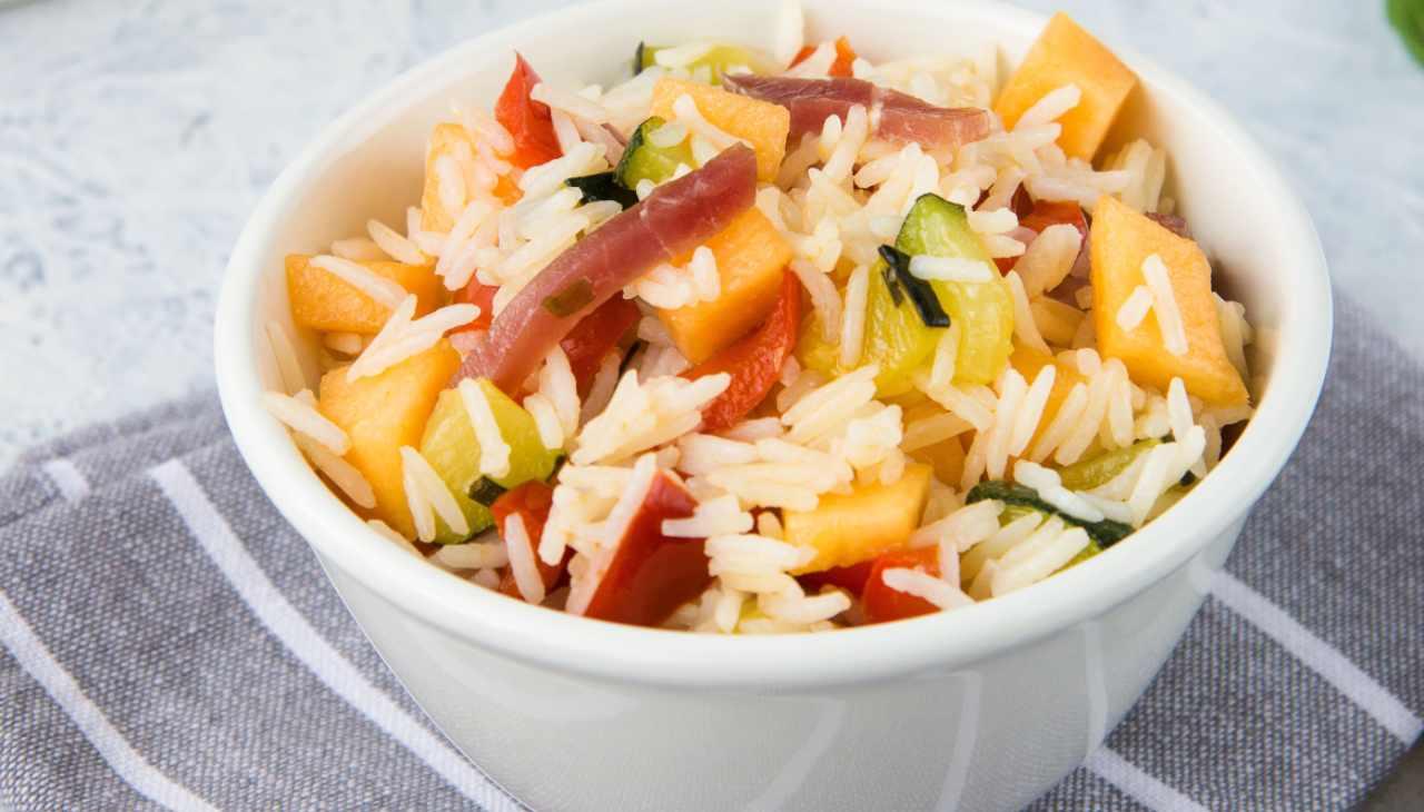 Piatto unico di riso con frutta, verdure e carne