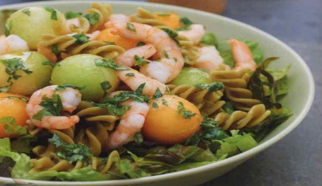 Insalata fredda di pasta con melone gamberetti rucola