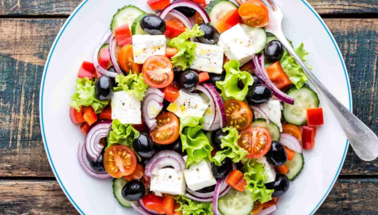 Insalata di verdure con feta e olive