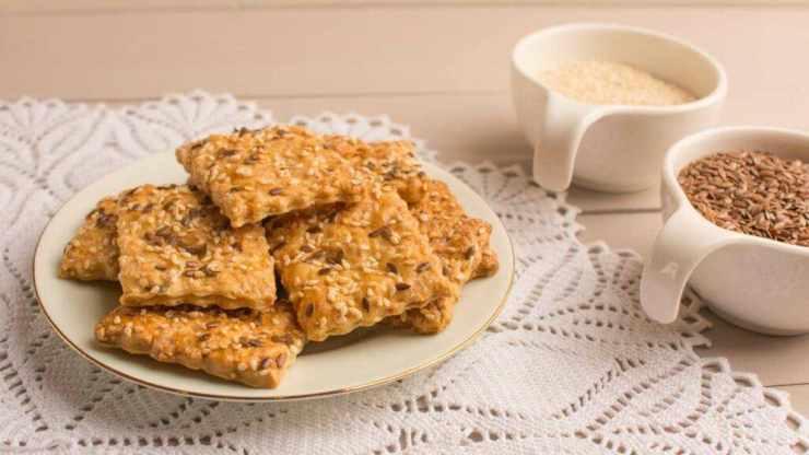 crackers con formaggio aromatico