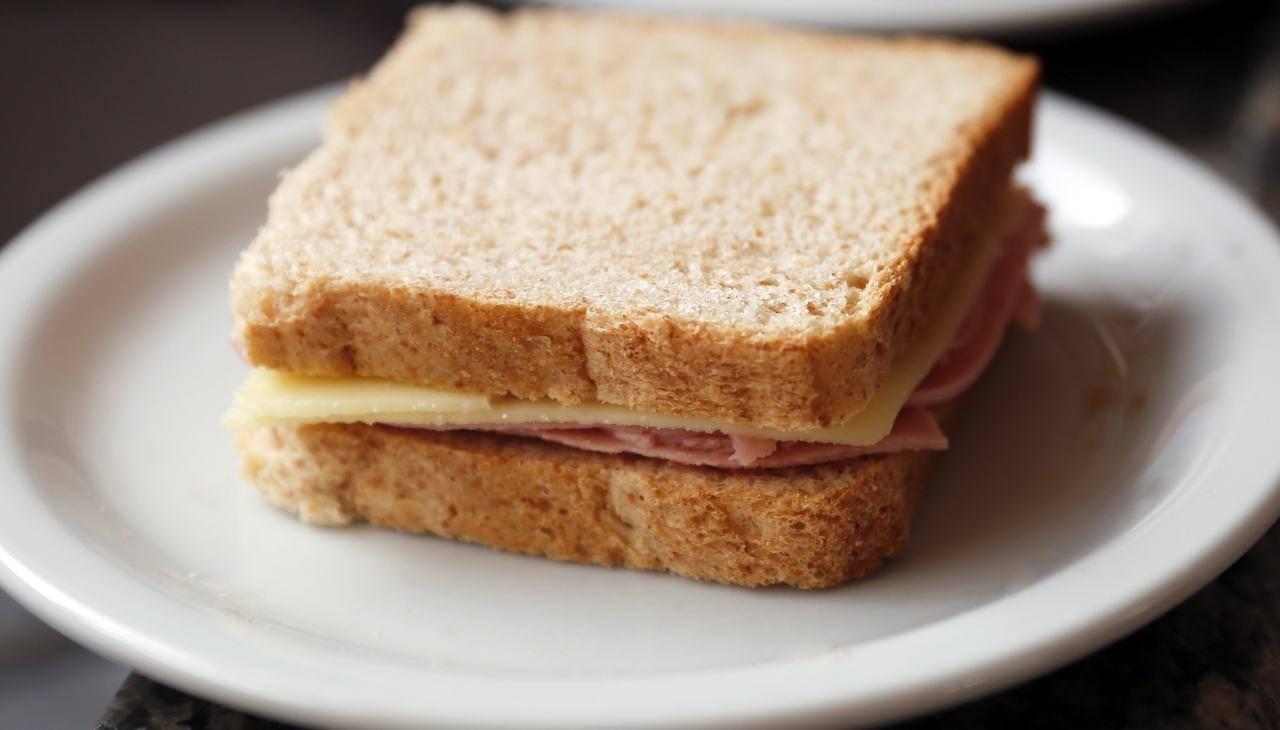 Panino con pane in cassetta e affettato