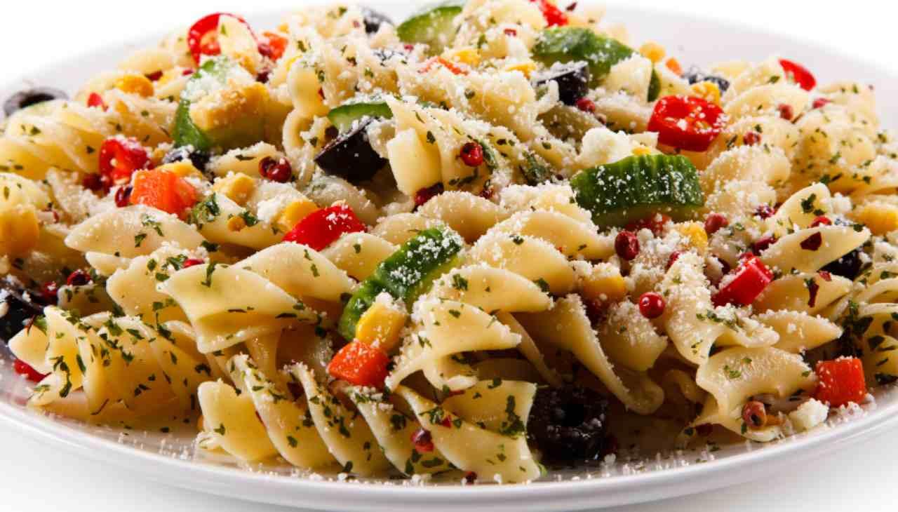 Primo con formaggio, olive e verdure