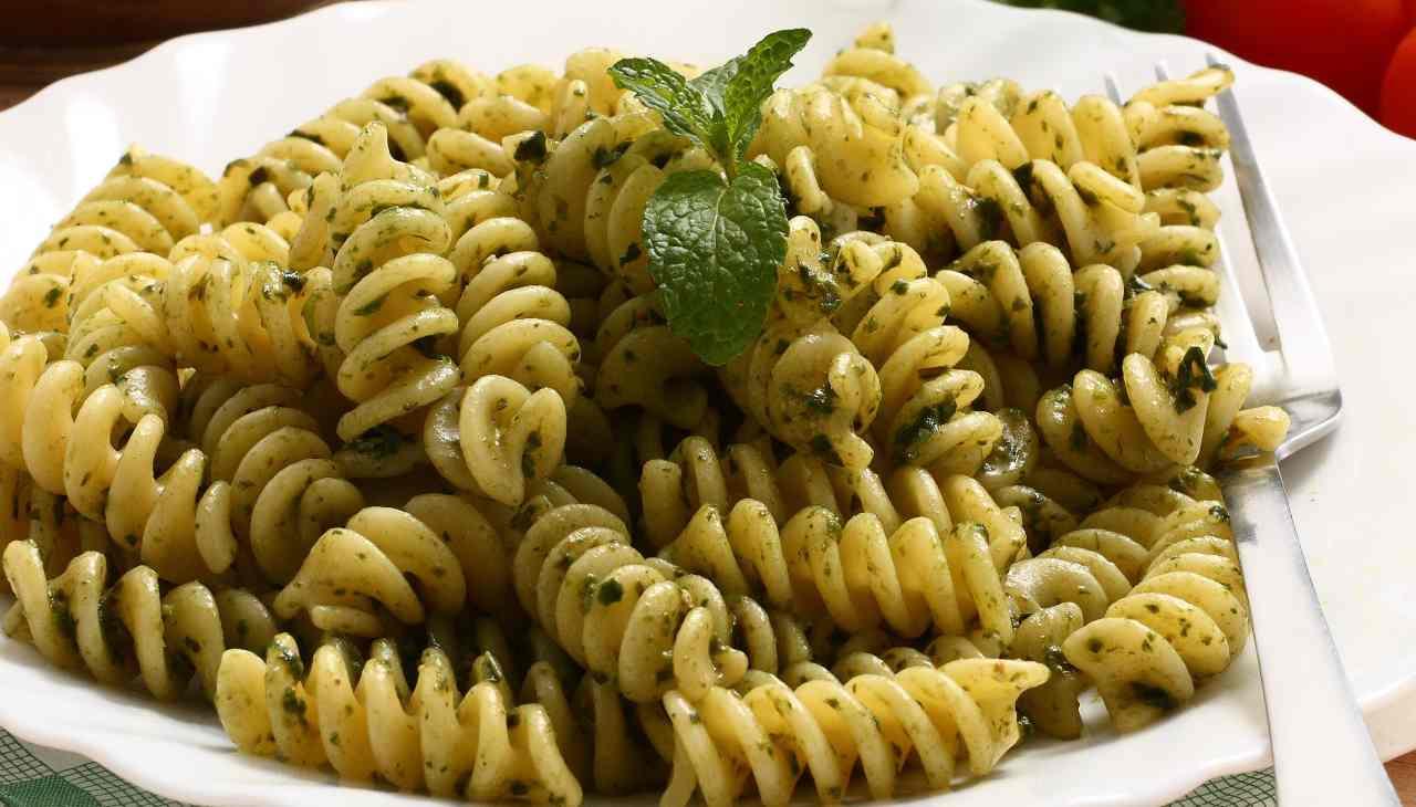 Pasta con pesto d'erba aromatica