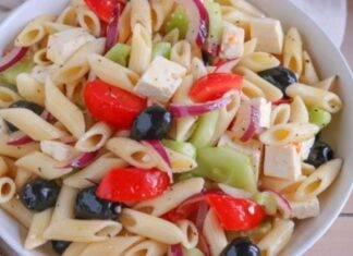 Pasta con pomodorini, feta, olive e cetrioli. Ricetta di Benedetta Rossi