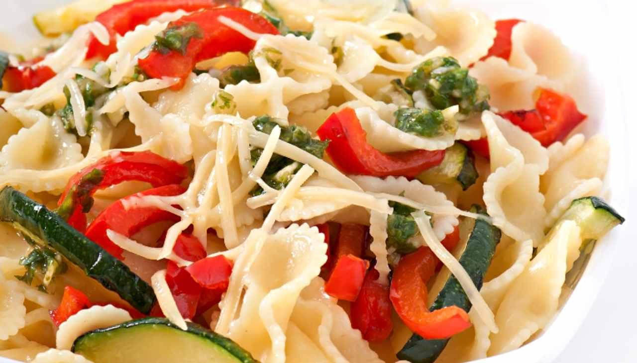 Primo di pasta con verdure e pesce