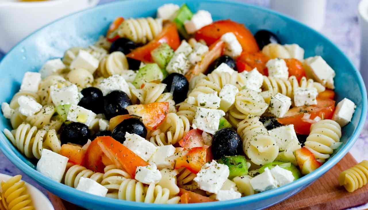 Primo di pasta senza con verdure e formaggio