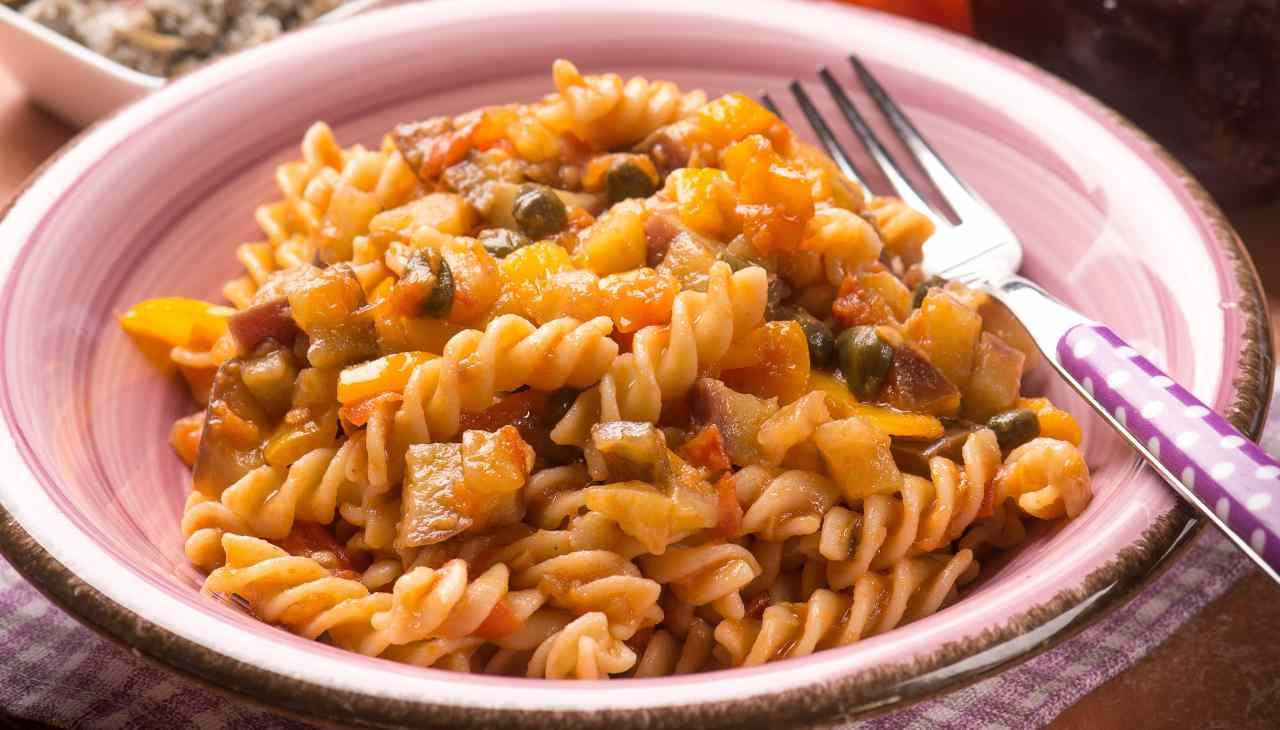Pasta fredda con verdura e erbe aromatiche