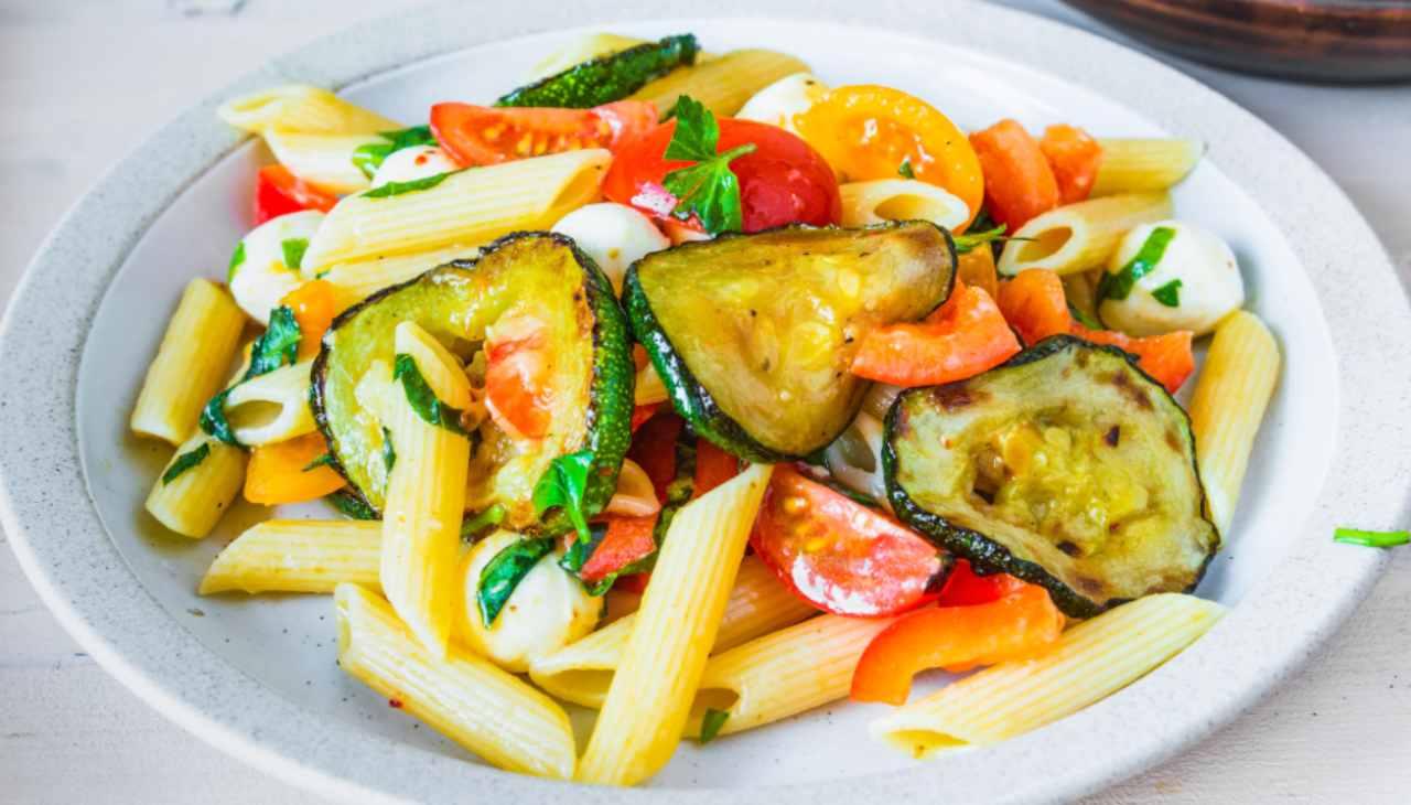 Primo piatto a base di pasta con verdure e formaggio