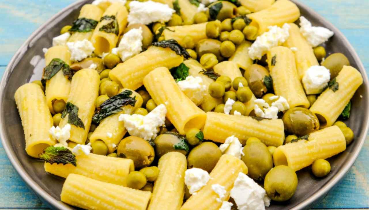 Primo di pasta con legumi e formaggio