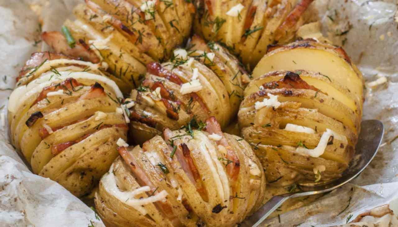 Finger food di patate con formaggio e affettato