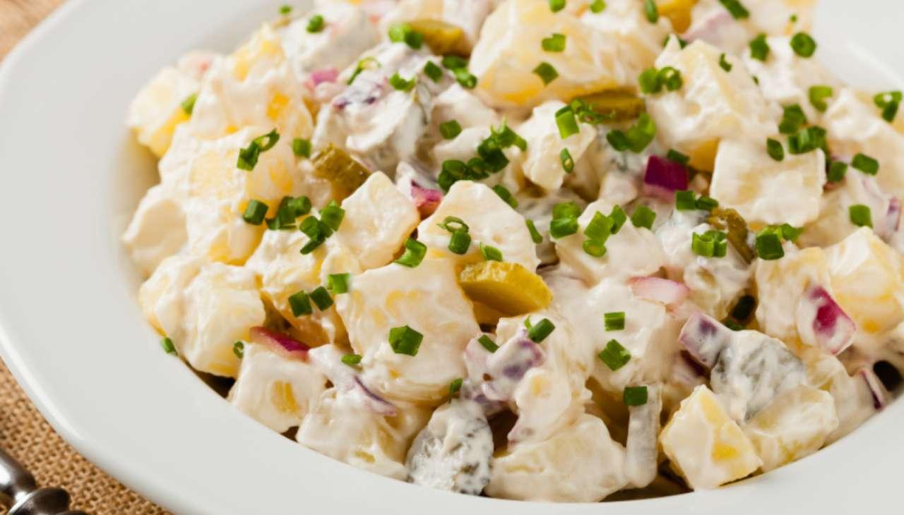 Contono di patate con maionese , cipolla ed erbe aromatiche