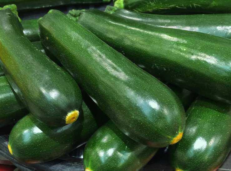Penne al pesto di zucchine con pomodorini e mozzarella ricetta