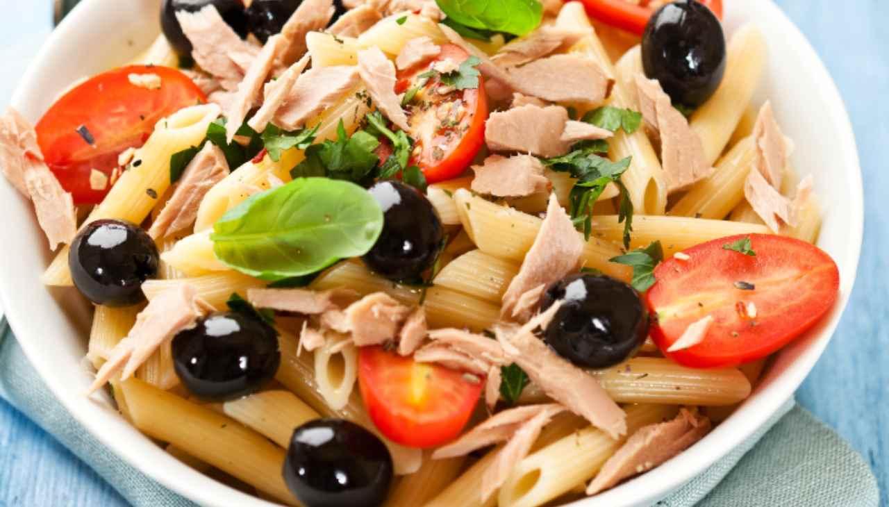 Pasta con verdure, pesce ed erbe aromatiche
