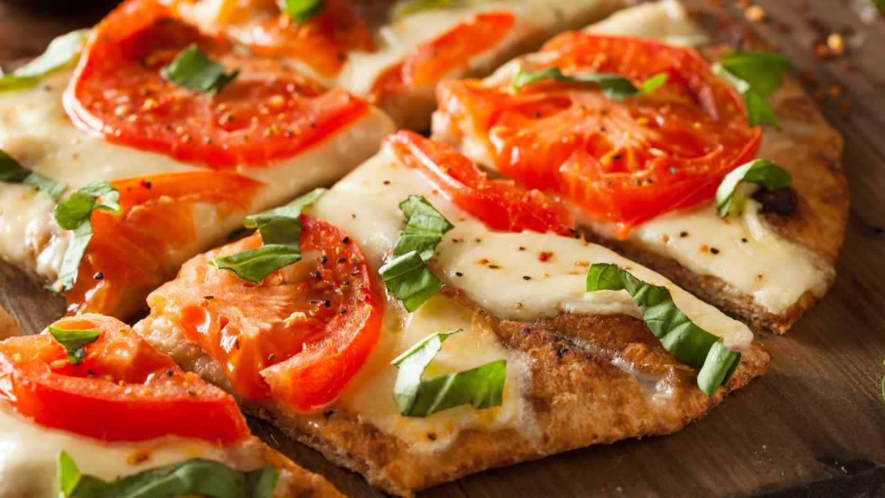 Pizza croccante con pomodori