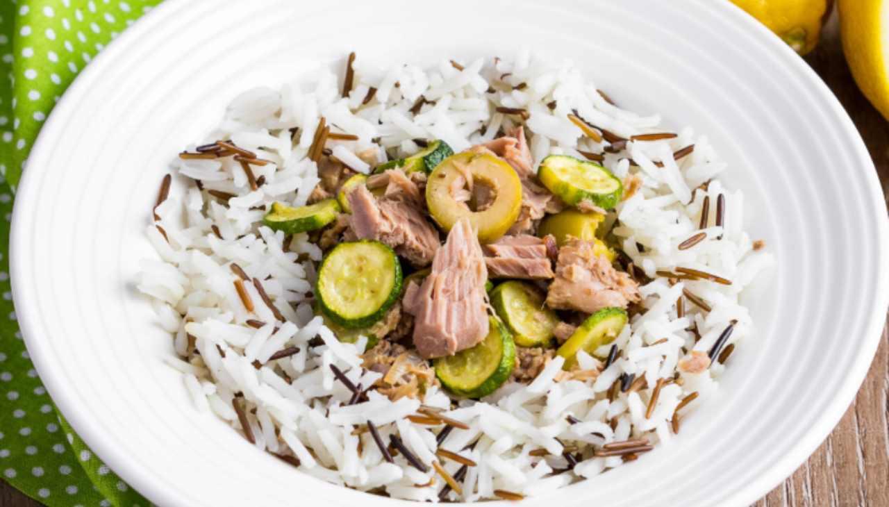 Piatto unico di riso con pesce e verdura
