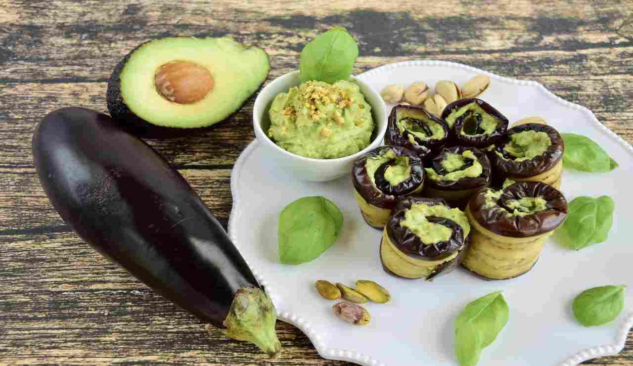 Rotolini di melanzane con pesto di avocado e pistacchi   AdobeStock
