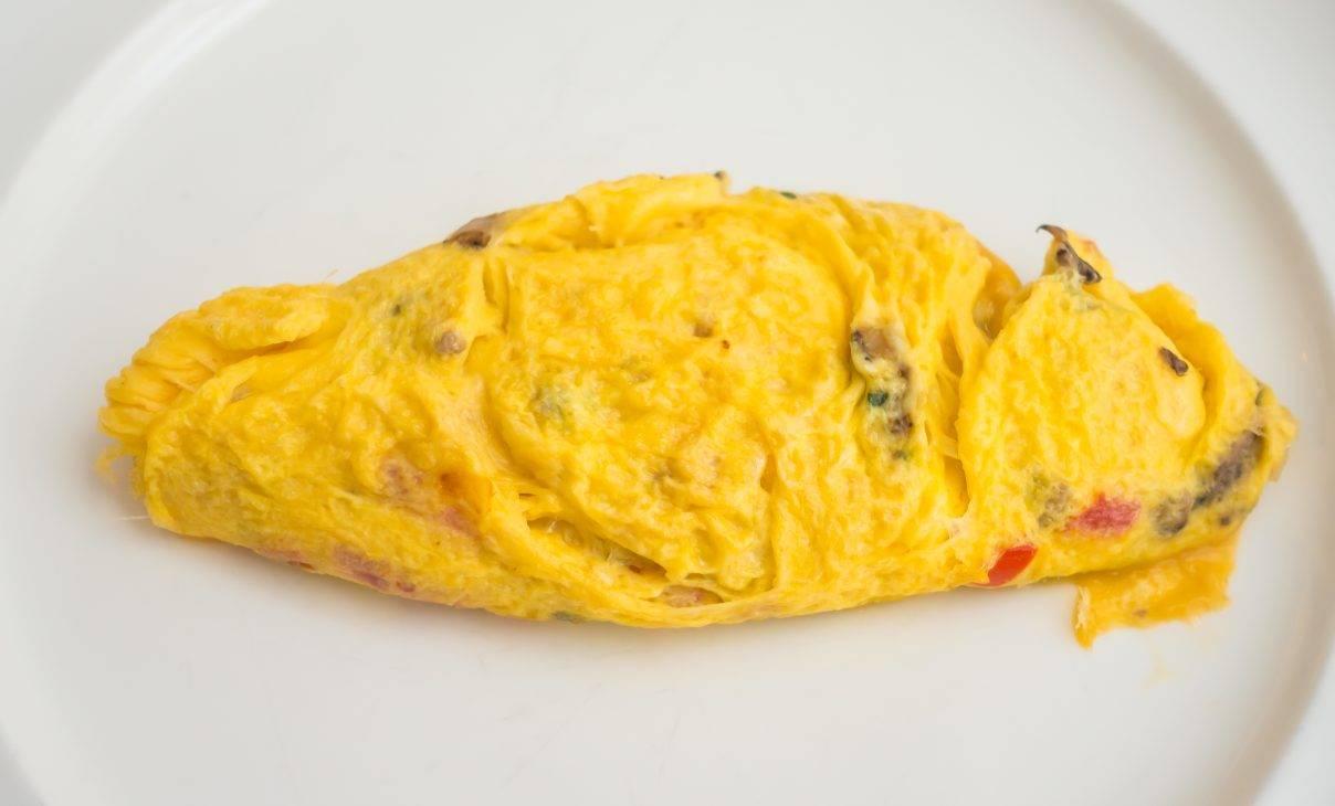 Finger food di uovo con formaggio e insalata