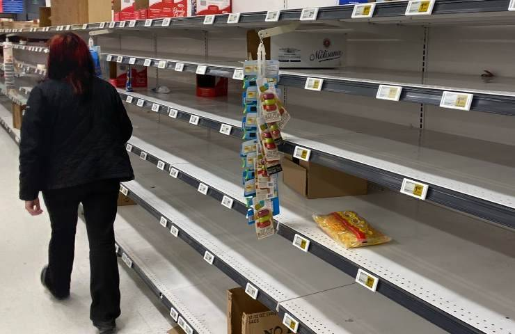 Scaffali dei supermercati vuoti