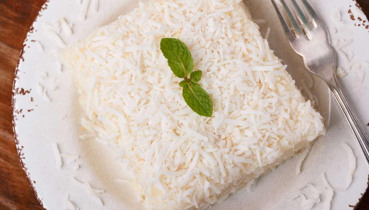 Dolce al cucchiaio fresco fatto a strati di biscotti e crema al cocco