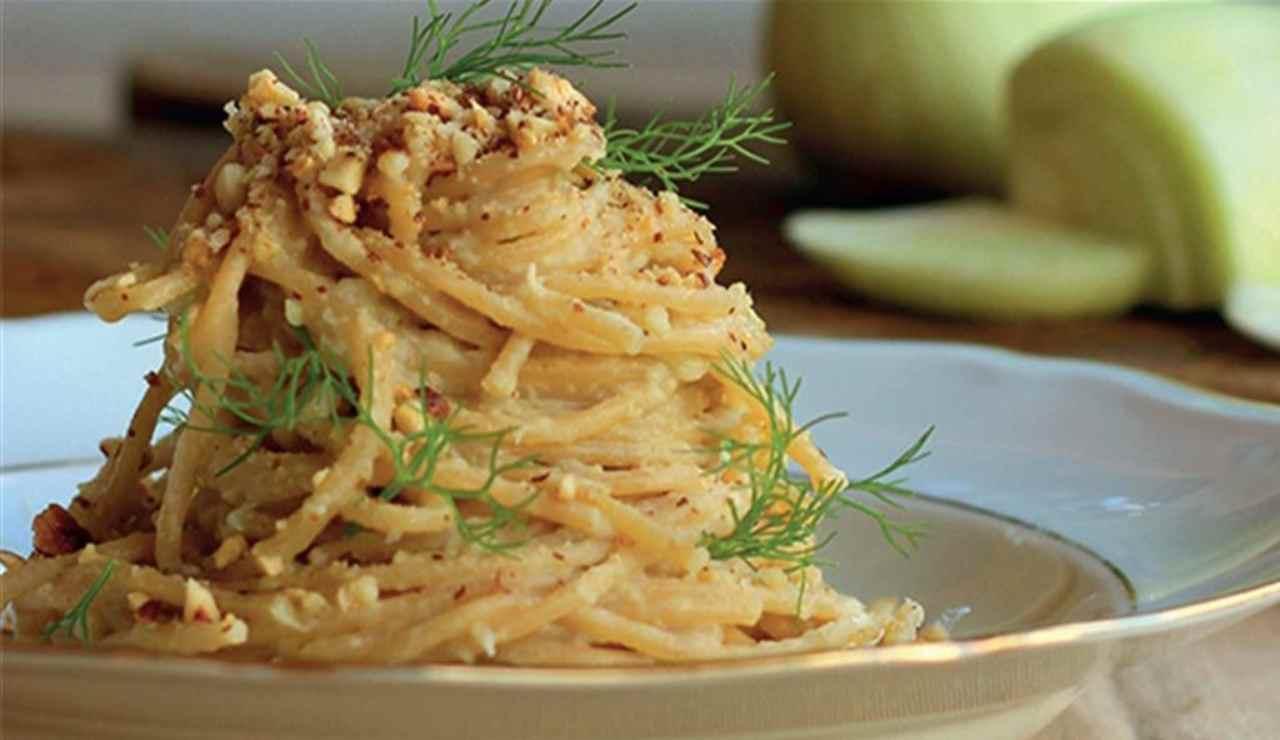 Spaghetti con pesto di finocchietto noci e melanzane fritte
