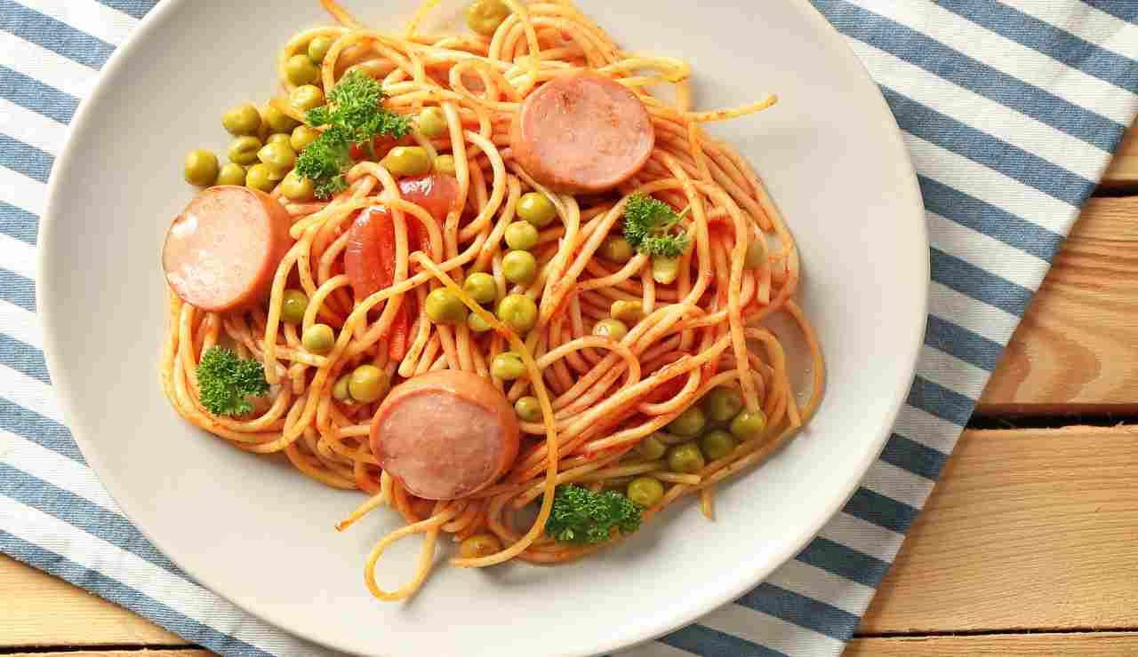 Spaghetti con pomodoro wurstel e piselli