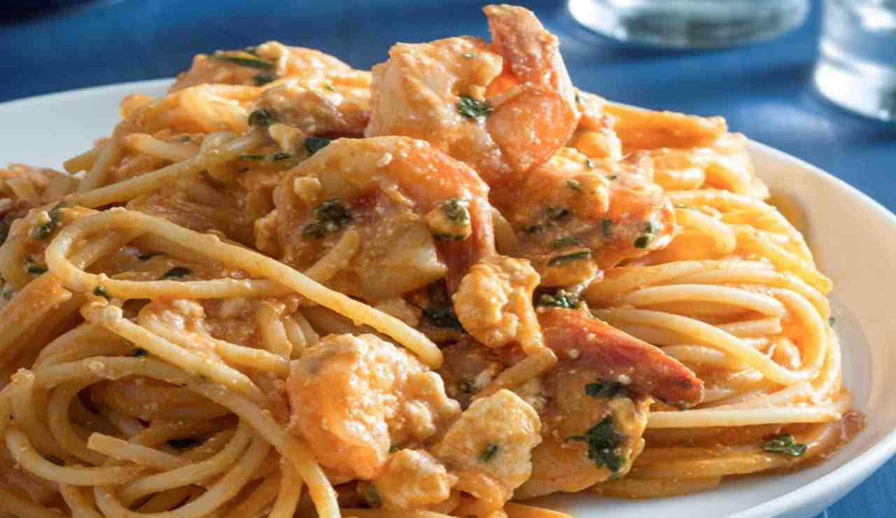 Spaghetti cremosi al pesto di fior di zucca ricotta e gamberetti