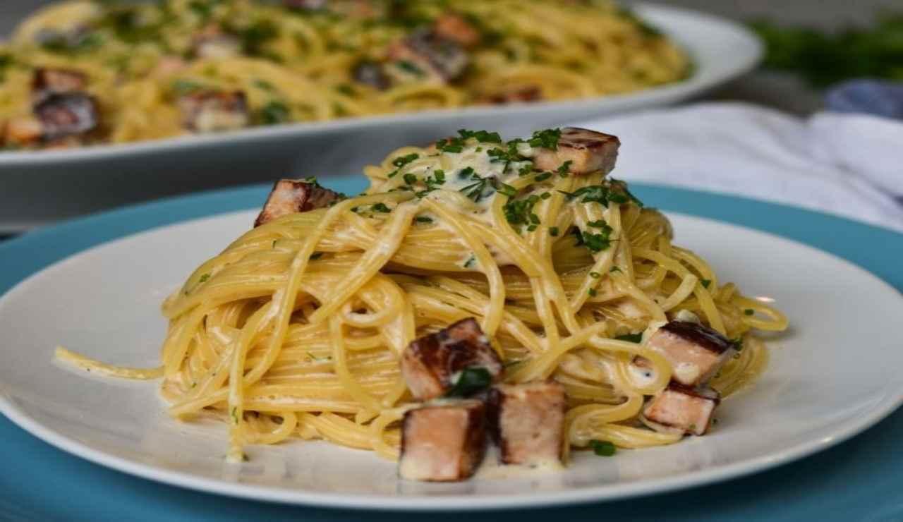 Spaghetti cremosi con salmone e pinoli