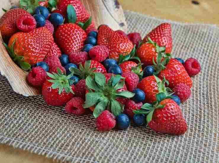 Torta dolce ai fiocchi di avena con yogurt e frutta ricetta