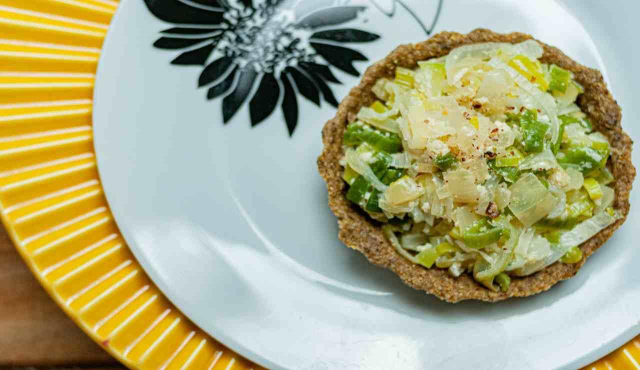Tortini di crackers integrali con sedano e cipolle