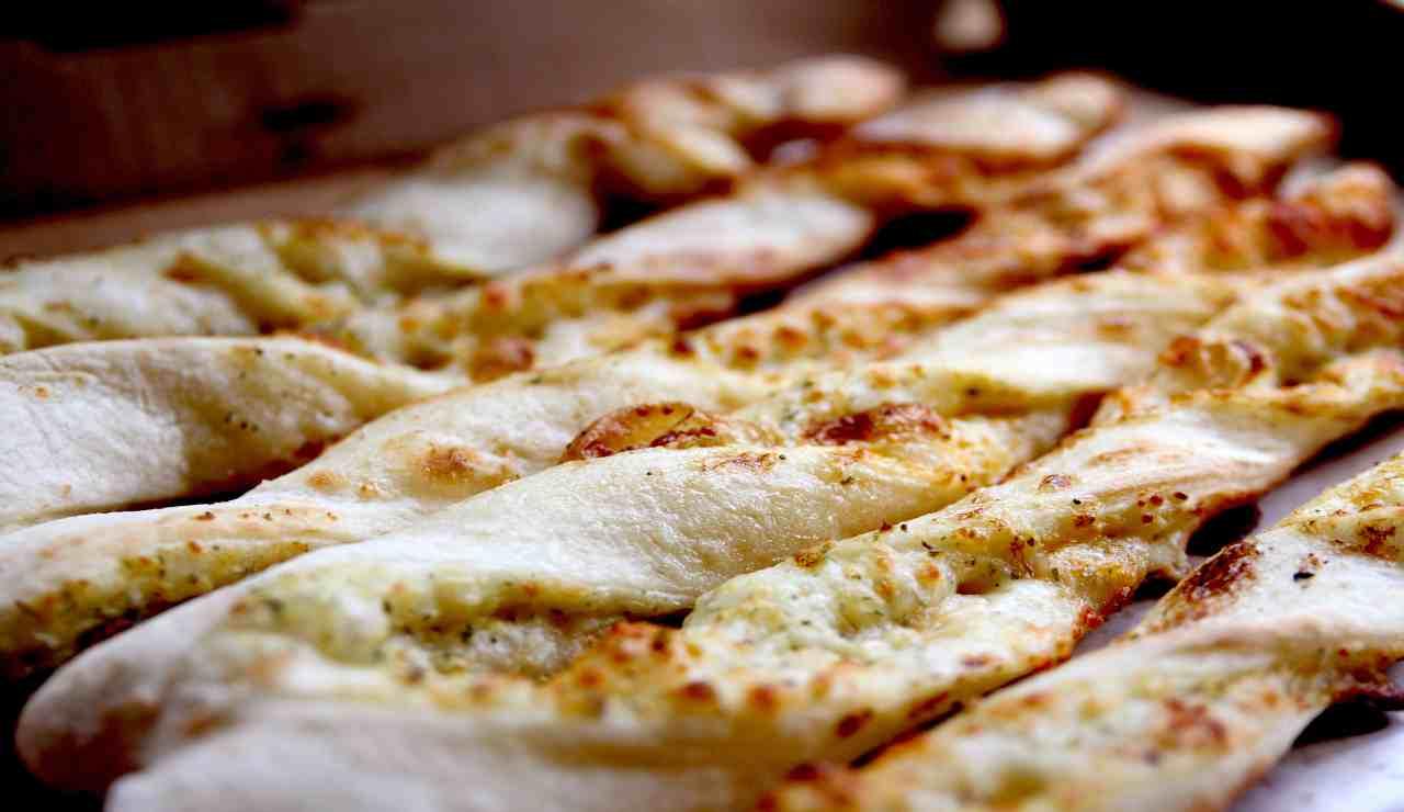 Trecce di pasta pizza al pomodoro e formaggio