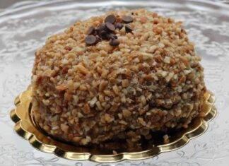 Dolce di pan di Spagna con cioccolato e mandorle