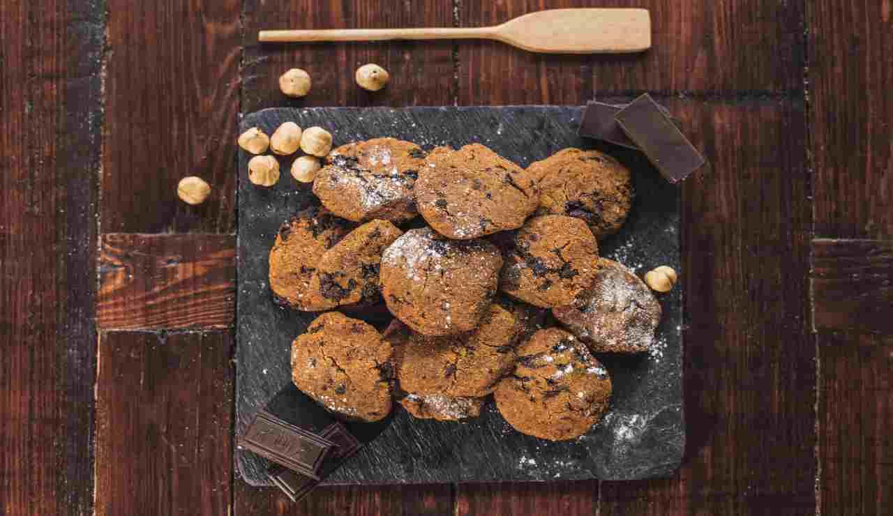Biscottini di ceci con nocciole e fondente  AdobeStock